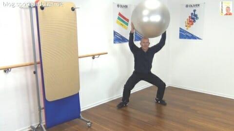Gymnastikball Übungen Mini Chasses mit Ballprellen 3