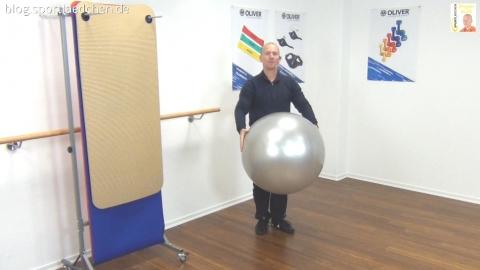 Gymnastikball Übungen Mini Chasses mit Ballprellen 1