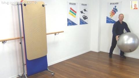 Gymnastikball Übungen Mini Chasses mit Ballprellen 2