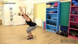 Kniebeuge halten mit kleinen Armbewegungen ueber dem Kopf 2