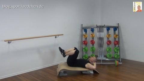crunch-auf-der-schraegen-step-plattform-1