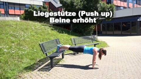 Parkbank Workout Liegestuetze Beine erhoeht 1