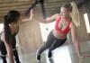Zwei Frauen beim Liegestütz Training