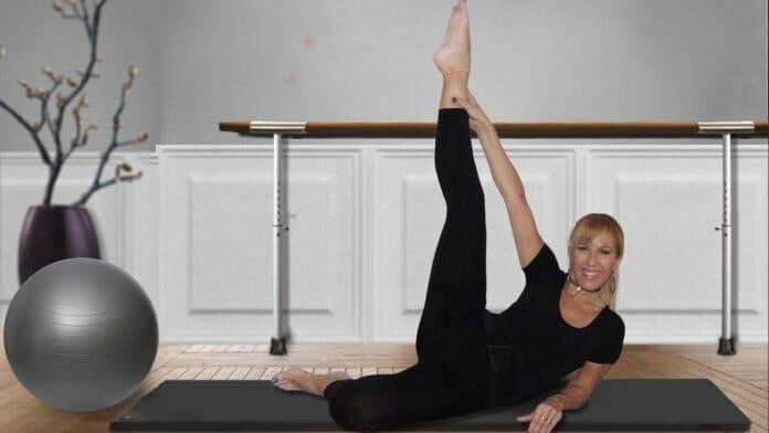 Frau beim Matwork Pilates Training