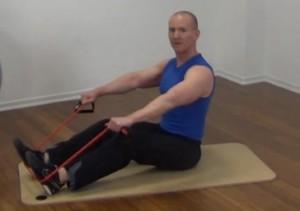 Fitness Tube Rudern sitzend Anfang der Bewegung