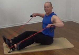 Fitness Tube Rudern sitzend Ende der Bewegung