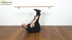 Bauchmuskeltraining zu Hause Crunch mit nach oben gestreckten Beinen