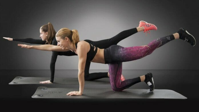 Zwei Frauen beim Bauch Beine Po Workout