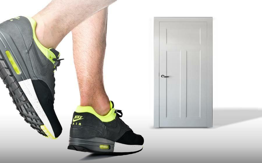 Tür Training mit Klimmzugstange und Band ist abwechslungsreich und effektiv