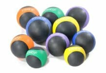 Medizinbälle in verschiedenen Farben und Gewichtsgrößen