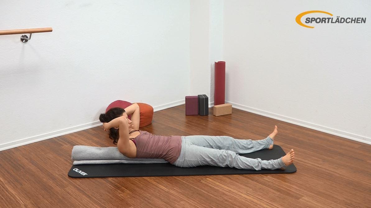 Yoga für den Bauch Anfänger Übung Endposition Crunch auf gerollter Decke