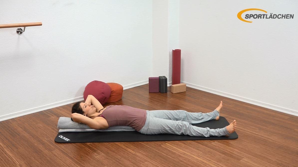 Yoga für den Bauch Anfänger Übung Startposition Crunch auf gerollter Decke