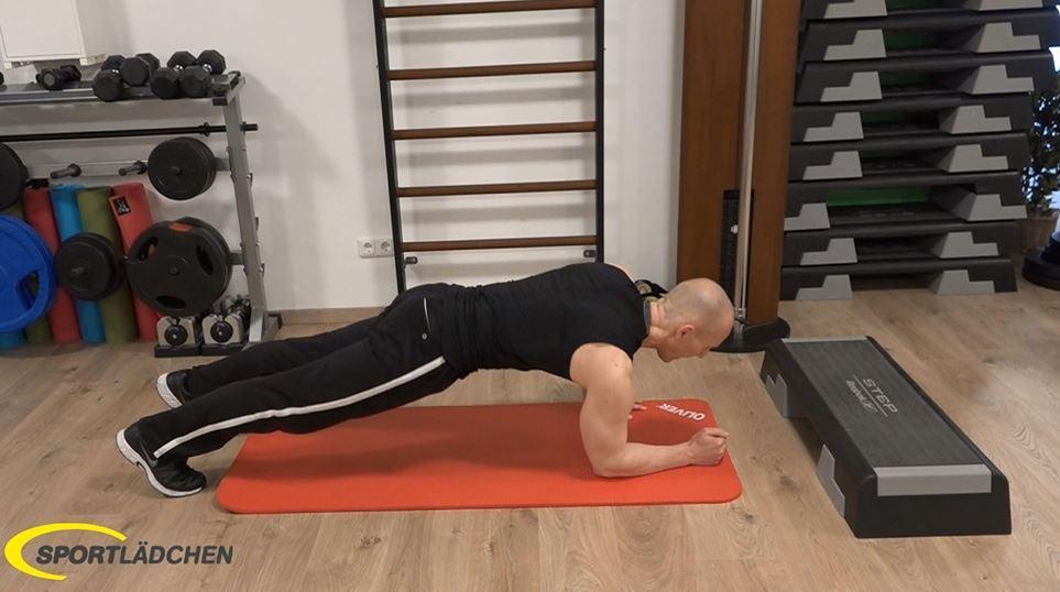 Plank to push up: Rechter Unterarm auf den Boden