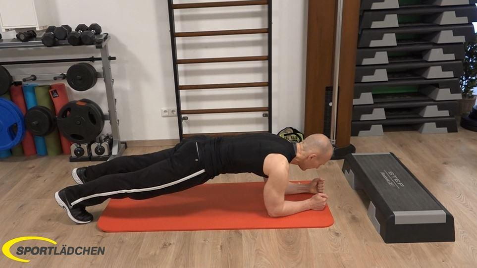 Plank to push up: Linker Unterarm auf den Boden