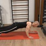 Plank to push up: Mit dem rechten Arm wieder hochdrücken