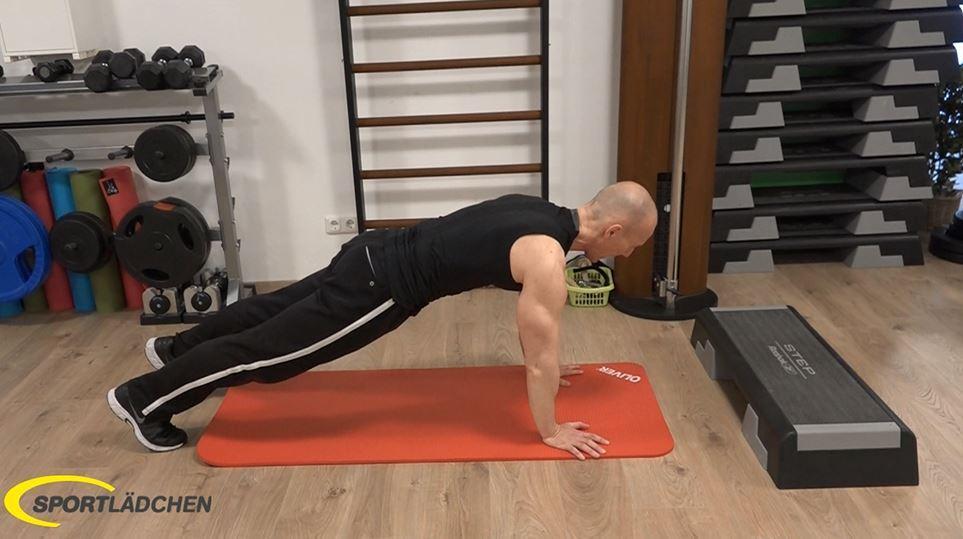 Plank to push up: Mit dem linken Arm in die Ausgangsposition zurückdrücken