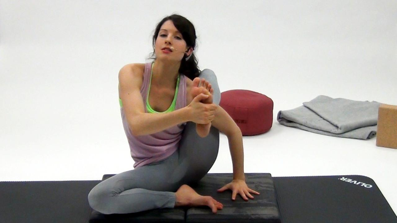 Yoga sitzende Asanas linke Hand auf den Boden bringen