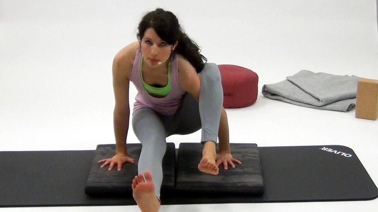 Yoga Asanas im Sitzen: Mit beiden Händen den Körper vom Boden anheben