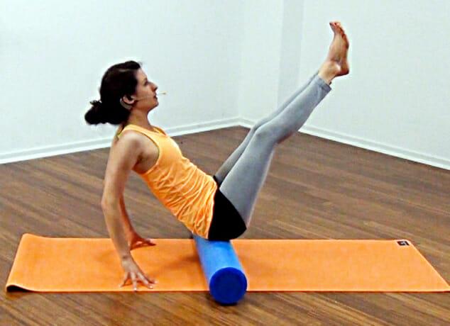 Bauchmuskeltraining mit der Pilates Rolle