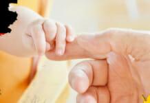 Lebenserwartung: kleines Baby greift die Hand ihrer Mutter
