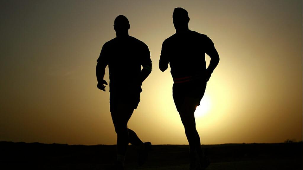 Gesund leben: Zwei Jogger in der Morgendämmerung