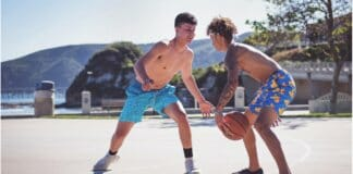Hitze und Sport: Im Bild zwei Basketballspielende junge Männer
