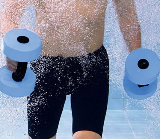 Sport im Wasser: Mann mit Aquahanteln im kühlen Nass