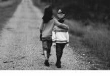 Junge und Mädchen schlendern einen Pfad entlang