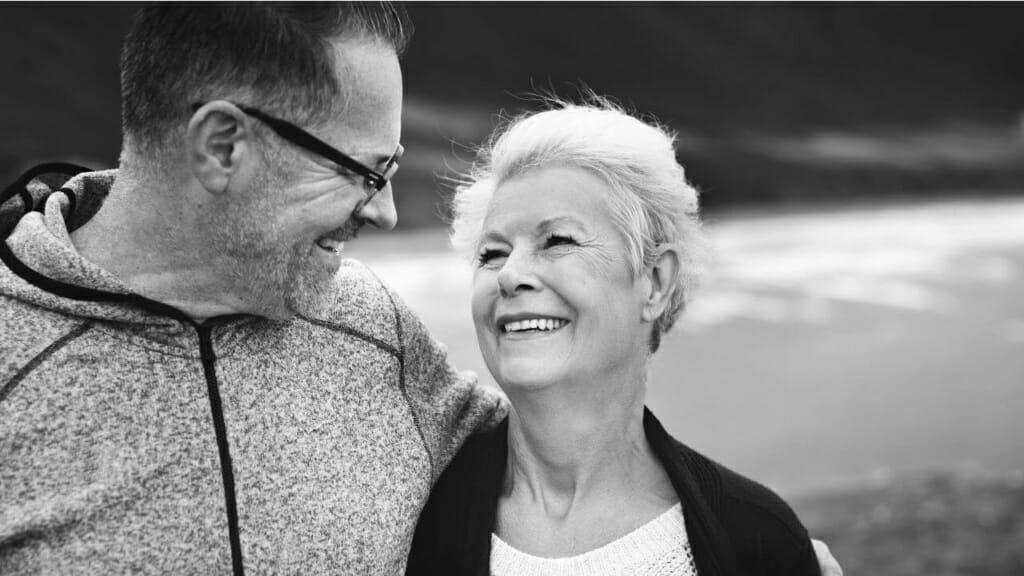 Senioren Ehepaar, die sich in die Augen schauen