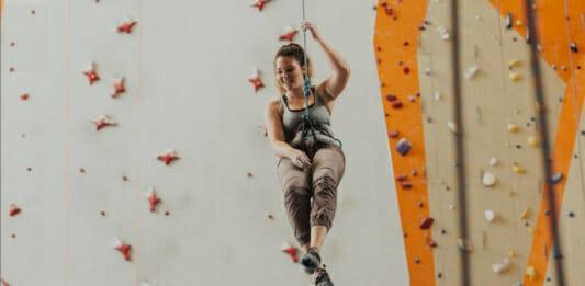 Junge Frau beim Bouldern in der Kletterhalle