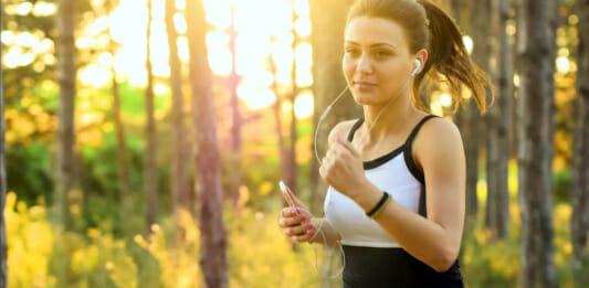 Junge Frau beim Laufen im Wald
