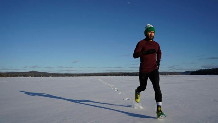 Läufer im Schnee bei strahlend blauem Himmel
