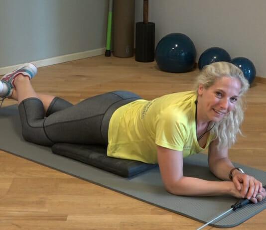 Ruhepause einer auf dem Bauch liegenden Sportlerin während einer TRainingseinheit mit dem Bioswing