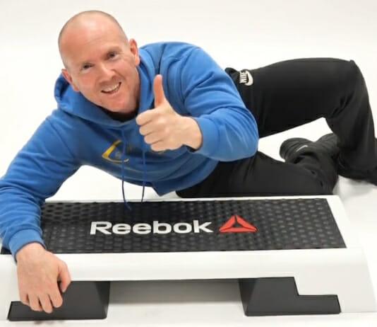 Sportler mit Original Reebok Step in der Trendfarbe Schwarz Weiss