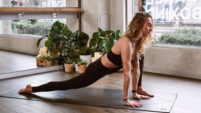 Junge Frau beim Yoga Training