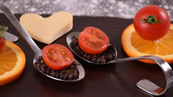 Gesunde Lebensmittel - Tomaten und Orangen appetitlich präsentiert