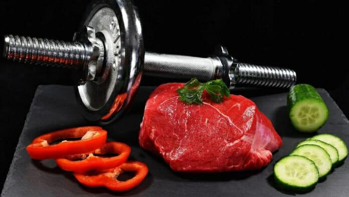 Hantel im Bild umgarnt von Lebensmitteln