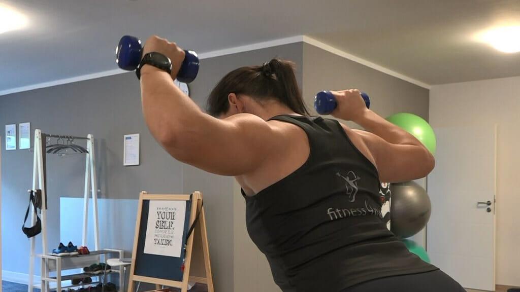 Sportlerin beim Training der Rotatorenmanschette