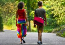 Mann und Frau beim Spaziergang