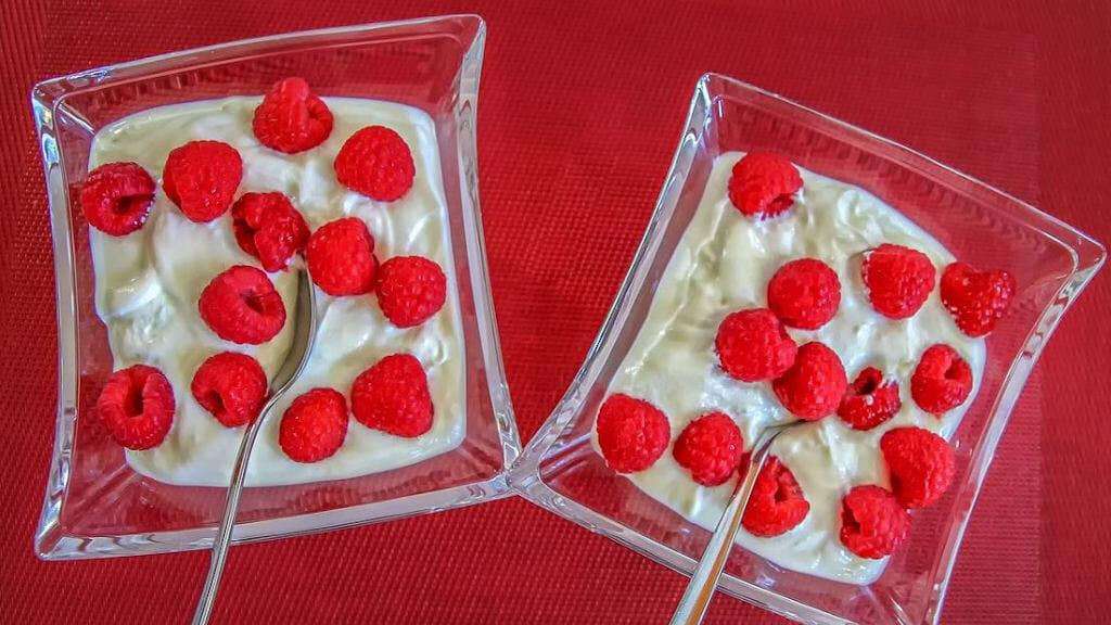 Quarkdessert mit frischen Erdbeeren garniert