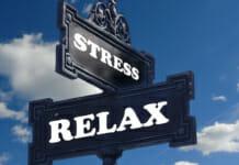 "Hinweisschild mit der Aufschrift ""Stress - Relax"""