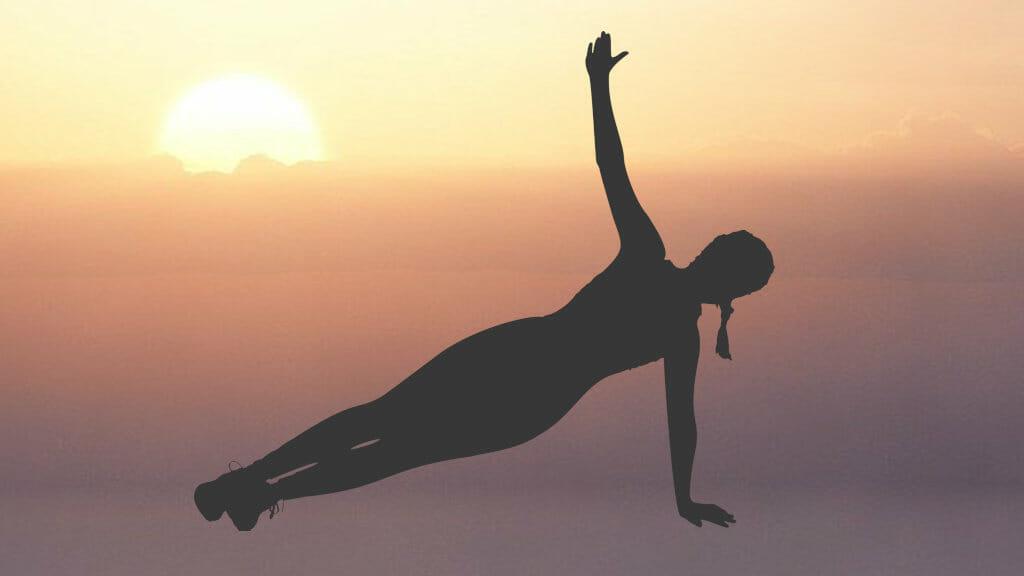 Frau beim Pilatestraining während eines Sonnenuntergangs