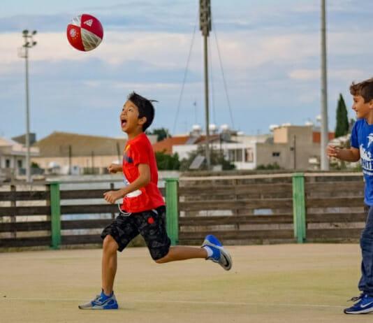 Zwei Kinder spielen Fußball