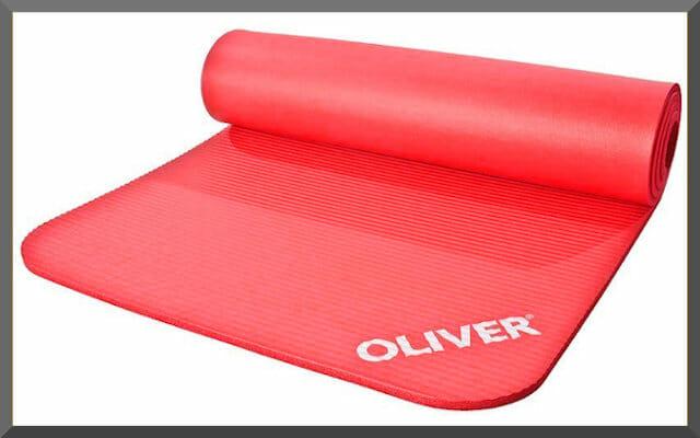 Rote Matte für das sportliche Training auf dem Boden