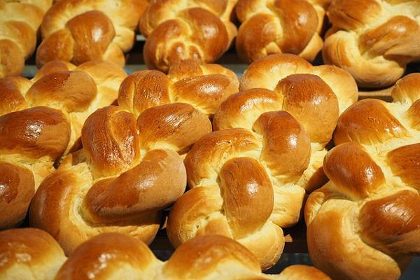 Butter- und Hefezöpfe in Hülle und Fülle.