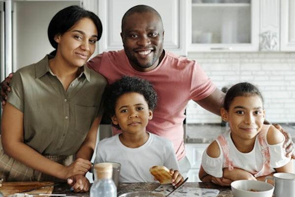 Familie beim gemeinsamen Frühstück.