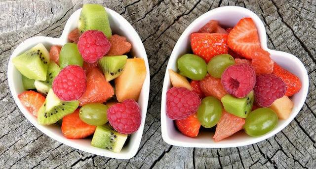 Zwei Schalen mit gemischtem frischen Obst