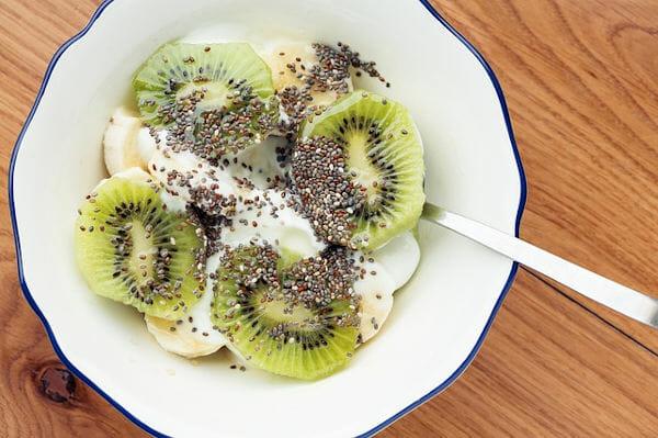Gesundes Frühstück: Ein Teller voll mit Kiwis und Chia Samen