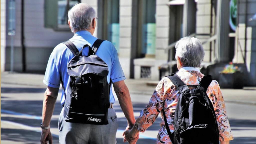 Senioren-Päärchen Hand in Hand