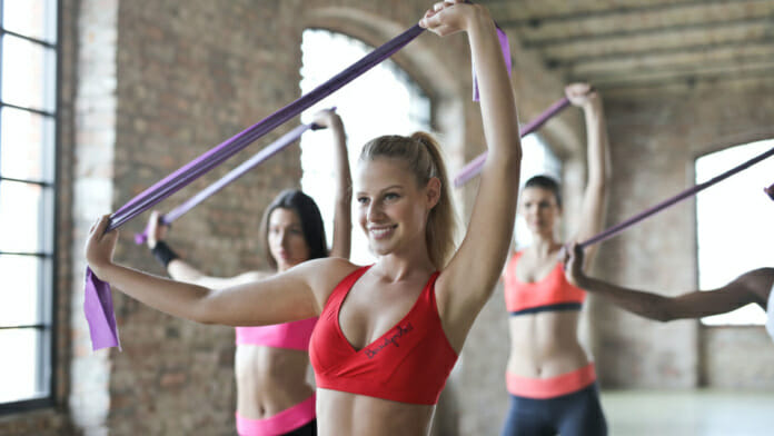 Frauengruppe beim Therabandtraining im Fitness-Studio